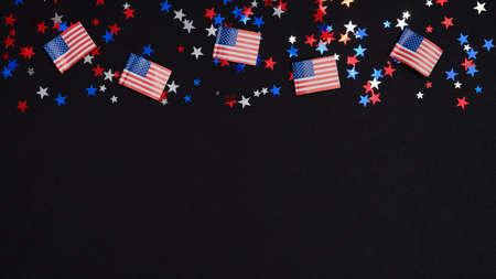美国独立日横幅模板快乐。框架边界的蓝色,红色,白色的五彩纸屑和美国国旗在黑暗的背景。7月4日庆祝概念。