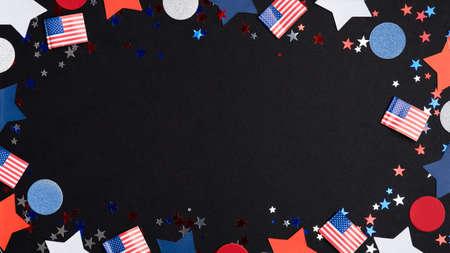 愉快的独立日美国概念。框架由美国国旗,星,五彩纸屑在黑暗的背景。7月4日庆祝海报模板,美国国民假日横幅样机