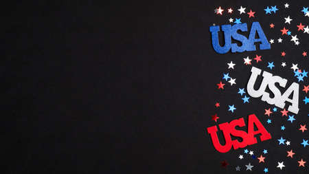 愉快的独立日美国概念。美国标志和蓝色红色白色五彩纸屑在黑背景。7月4日庆祝横幅样机,美国全国假日海报模板。