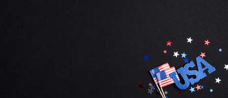 愉快的七月四日独立日横幅样机。美国国旗,标志美国和五彩纸屑在黑暗的背景