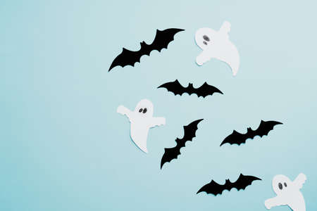 Happy halloween holiday concept. Halloween decorations, bats, ghosts on blue background. Halloween party greeting card. Flat lay, top view, overhead. Standard-Bild
