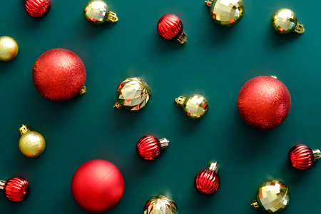 Christmas layout with golden and red baubles on green background. Flat lay, top view, overhead. Vintage style. Standard-Bild