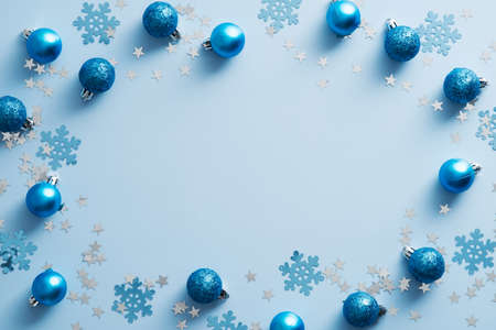 Blue Christmas background with balls and snowflakes. Christmas frame. Flat lay, top view. Standard-Bild