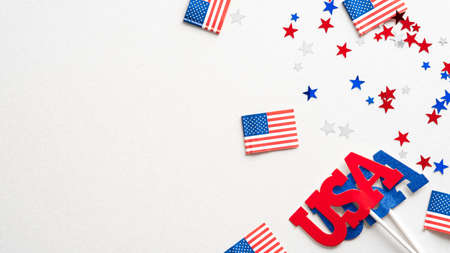 Happy USA holidays banner design. Flags of America, confetti, decorations on white background. Standard-Bild