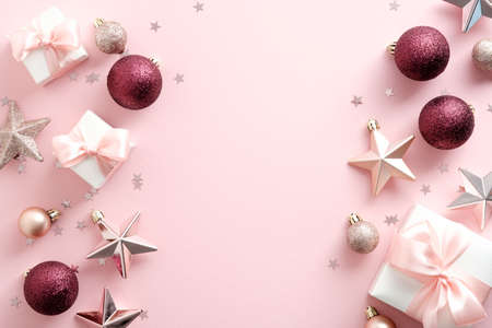 Stylish Christmas decorations on pastel pink background. Christmas frame. New Year banner mockup. Flat lay, top view. Standard-Bild