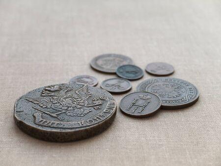 monedas antiguas: Monedas antiguas en el fondo del lienzo