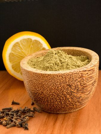 Henna powder with lemon and cloves