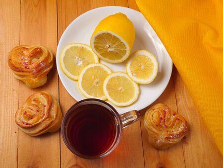 san valentin: Tea with lemon and heart shaped buns