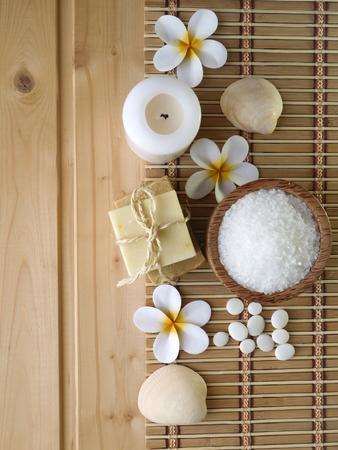 kerze: Seife und Tiare-Bl�ten auf dem Holzuntergrund