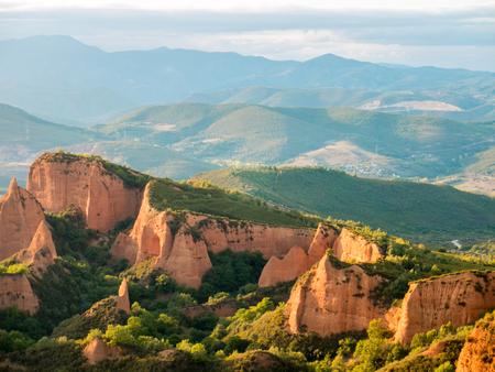 Las minas históricas de la mina de oro de Las Medulas acercan a la ciudad de Ponferrada en la provincia de León, Castile and Leon, España. Espectacular paisaje al atardecer.
