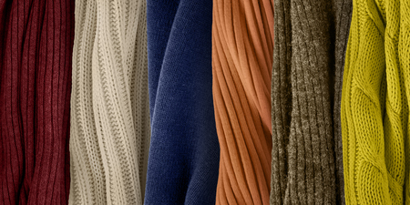 Topkleurenpalet voor herfst en winter 2018. Modekleurentrends. Stofstalen gebreide kleding.