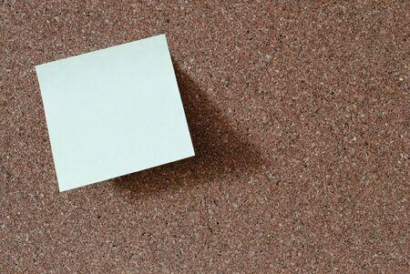 Jaune repositionnable bloqués sur un babillard - espace de texte Banque d'images - 5769098