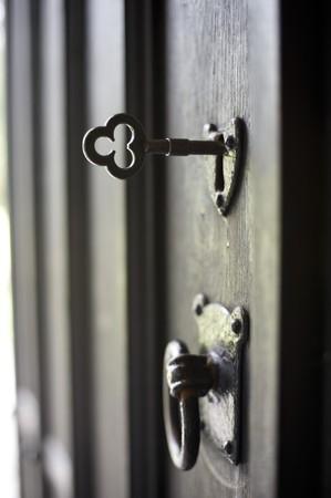puertas viejas: una puerta abierta de antig�edad con llave en la cerradura