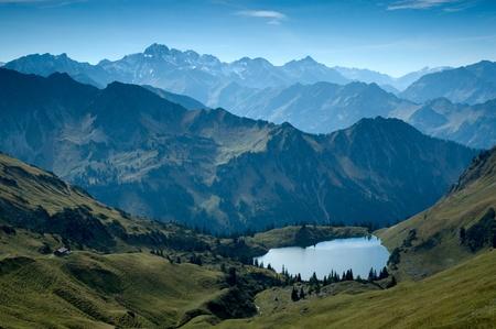 ババリア地方のアルプスの山湖