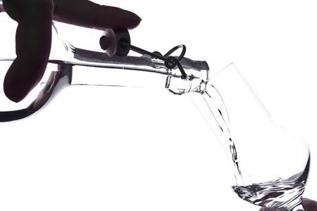 Obst Schnaps wird in ein Glas gießen Schuss Standard-Bild - 11727724