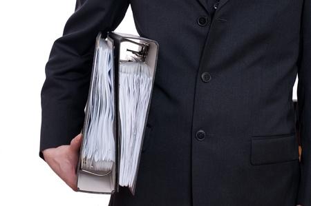 スーツの男が彼の腕の下で 2 つのファイルを保持しています。