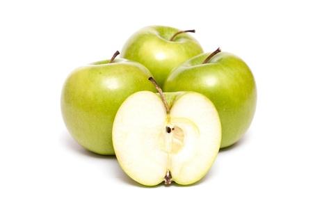 白い背景の上の 4 つのリンゴと 1 つのスライスします。