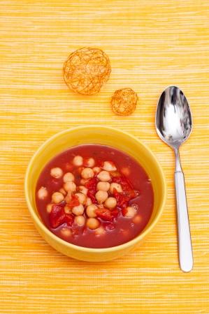 garbanzos: Sopa de garbanzos y tomates en formato vertical Foto de archivo