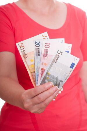 billets euros: Femme main tient les billets en euros Banque d'images