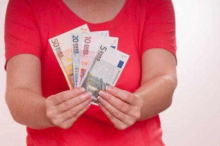 billets euros: Deux mains des femmes sont titulaires d'un tas de billets en euros Banque d'images