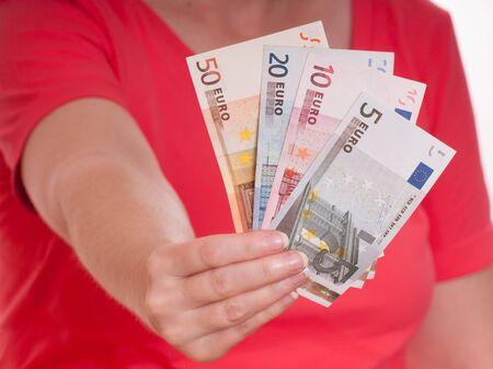 billets euros: Femme main d�tient certains billets en euro en tant que fan � l'avant