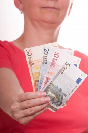 billets euros: La femme est tenue quelques billets en euros dans sa main