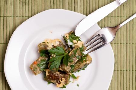 Teller mit gebratenen Schwaben Taschen und einem Messer und Gabel Standard-Bild - 14770670