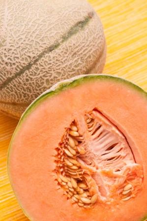 pips: Gesneden sinaasappel Charentais meloen met pitten Stockfoto