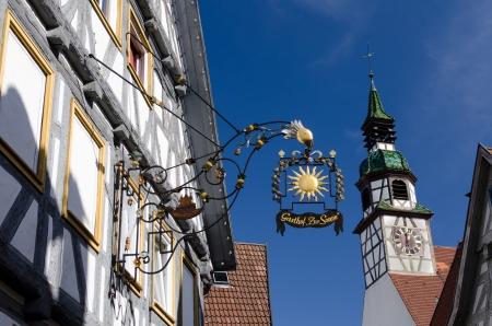 church steeple: Mezza pensione in legno con campanile della chiesa e il cielo blu Archivio Fotografico