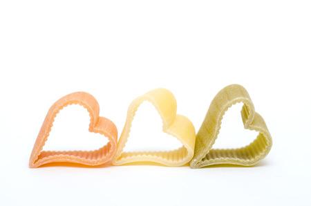 Herzförmige italienische Pasta in orange, gelb und grün Standard-Bild - 22258925