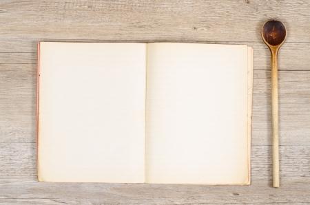 Blau Besteck und Bogen mit Buch und Text-Raum auf einem Tisch Standard-Bild - 22651247
