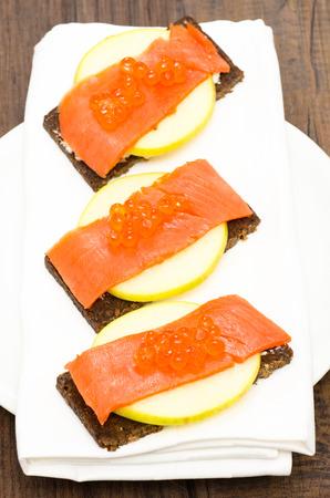 pumpernickel: Kanapki z łososiem, kawiorem i jabłko na chleb pumpernikiel