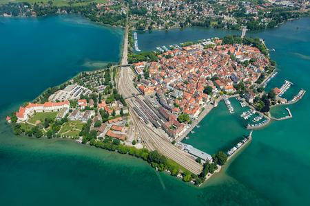 여름에 항구와 마리나와 반도 Lindau의 공중 관점