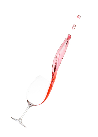 垂直書式で分離されたワイングラス白のスプラッシュとして赤ワイン