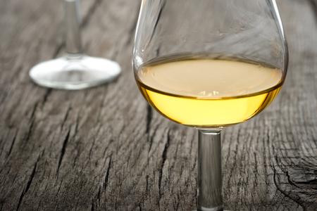 Macro glass golden single malt whisky in back lit Imagens
