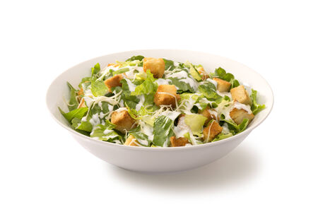 ensalada cesar: Ensalada César en un plato blanco