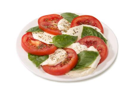 tomato  salad: Caprese en un plato blanco
