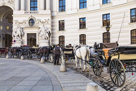 VIENNA, AUSTRIA - September 2018: Famous Vienna horse carriages waiting for clients in Vienna center, Austria 免版税图像 - 150378336