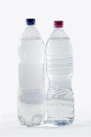 agua purificada: Imagen stock de botellas de agua purificada sobre fondo blanco  Foto de archivo