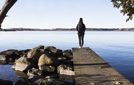 mujer mirando el horizonte: Anhelo de verano