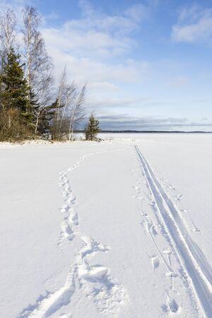 Trail dans la neige couverte icecap dans le lac Banque d'images - 53661821