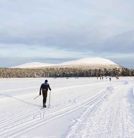 Skier à côté de montagnes en Laponie Banque d'images - 55824966