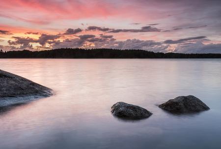 Coucher de soleil coloré dans l'archipelaco en Finlande Banque d'images - 63484527