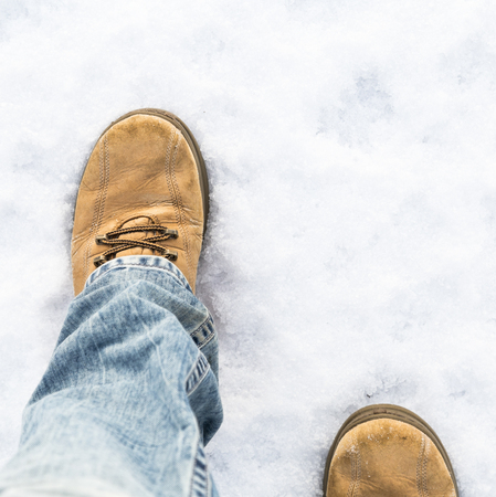 Marcher sur la route enneigée Banque d'images - 69657081