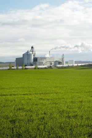 Planta de producción de etanol utilizando maíz como materia prima situada en el centro de la tierra agrícola en el Dakotas.