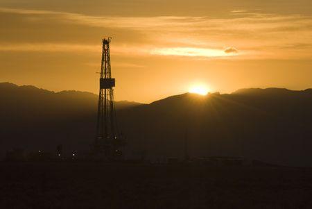 yacimiento petrolero: de petr�leo y perforaci�n de gas a la salida del sol en Wyoming Foto de archivo
