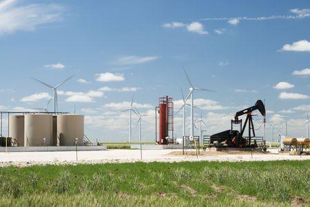 wind farm: un pozo de petr�leo junto a un parque e�lico en Texas Foto de archivo