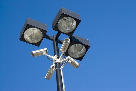 videocamere di sicurezza montati su riflettori in un parcheggio Archivio Fotografico - 5089263