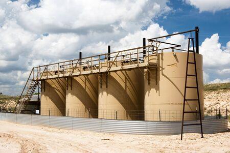 yacimiento petrolero: tanques de almacenamiento de petr�leo en un yacimiento de gas en Texas