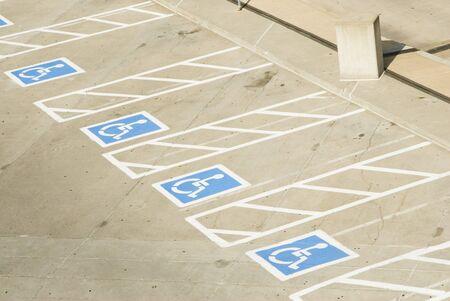 handicap parkeer plaatsen in een parkeer plaats  Stockfoto
